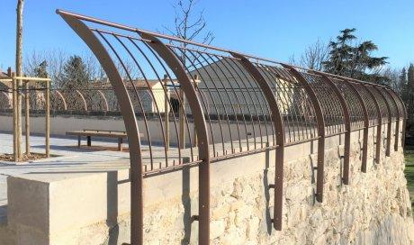 Création et pose de garde-corps et bancs en acier thermolaqué au lavoir de Pont St Esprit