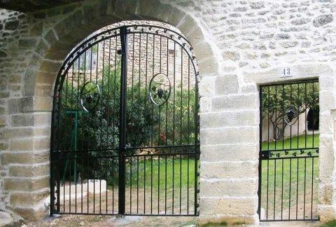 Création et fabrication de portail en fer forgé sur mesure à Nîmes